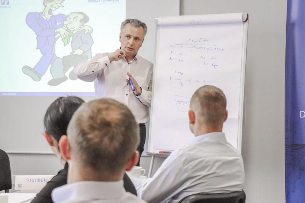Trener Leszek omawia z uczestnikami typowe problemy pojawiające się w kontakcie z podwładnym