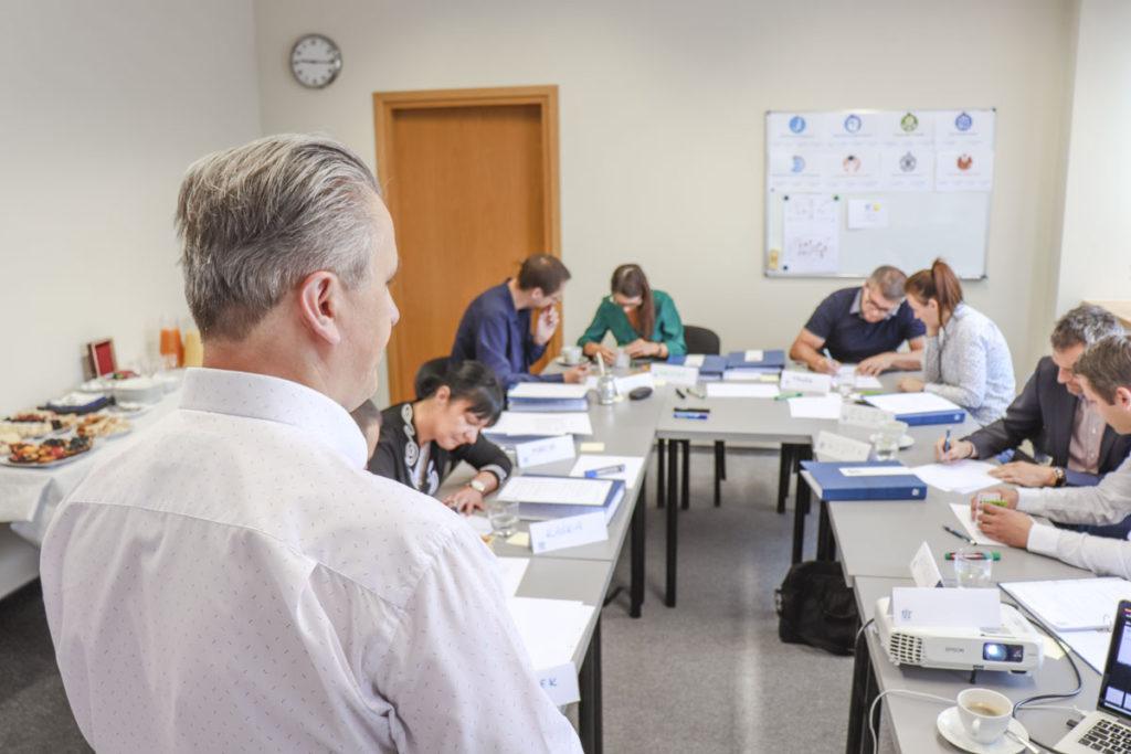 Trener Leszek z uczestnikami szkolenia Kompetencje Menedżerskie