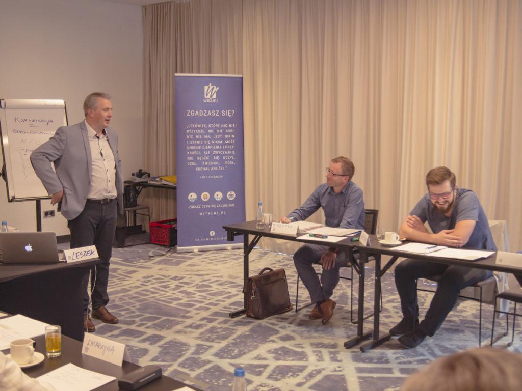 Trener Leszek omawia zagadnienia związane z zarządzaniem pracą podwładnych