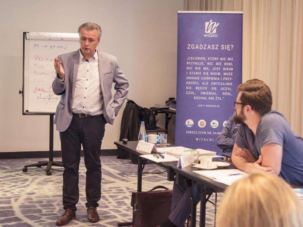 Trener Leszek prowadzi szkolenie z kompetencji zarządzania