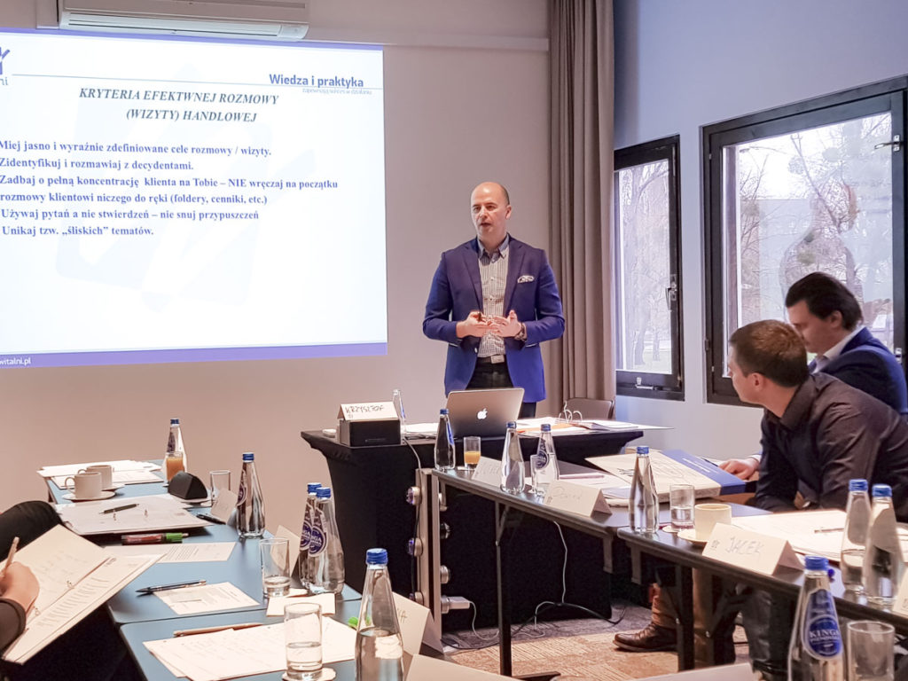 Trener Krzysztof prowadzi szkolenie ze sprzedaży