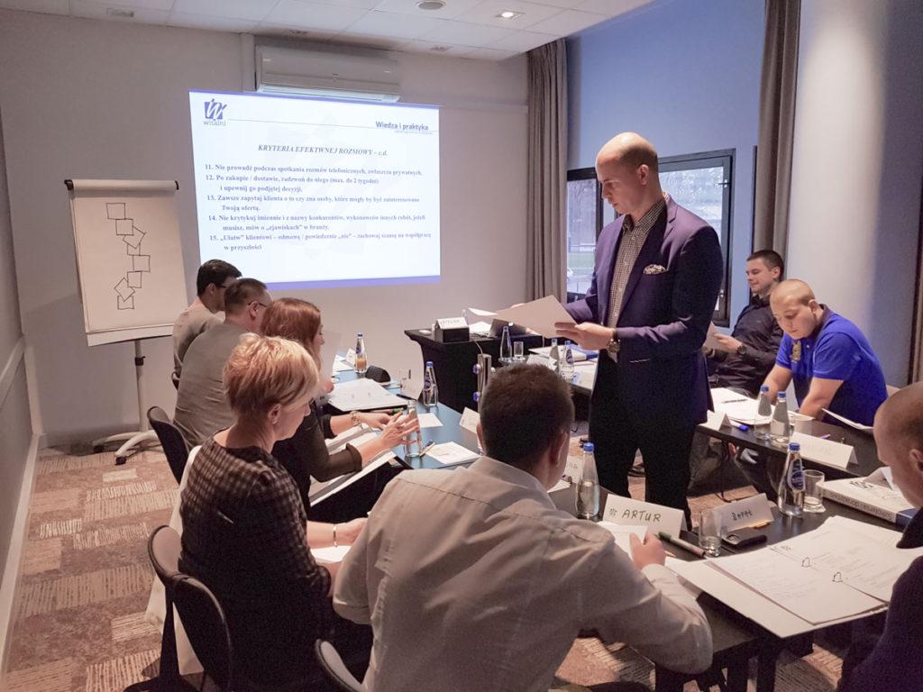 Trener Krzysztof oraz uczestnicy szkolenia