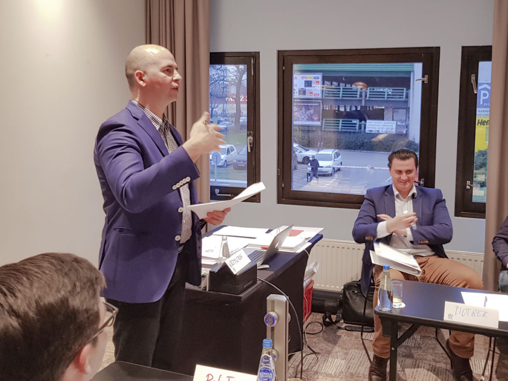 Trener Krzysztof omawia jak rozmawiać z wymagającym Klientem