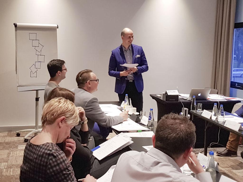 Trener Krzysztof prowadzi szkolenie z technik sprzedażowych