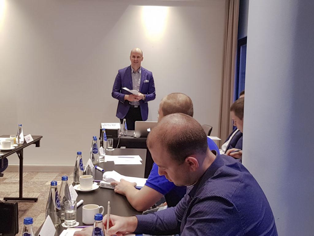 Trener Krzysztof z uczestnikami szkolenia Mistrz Sprzedaży