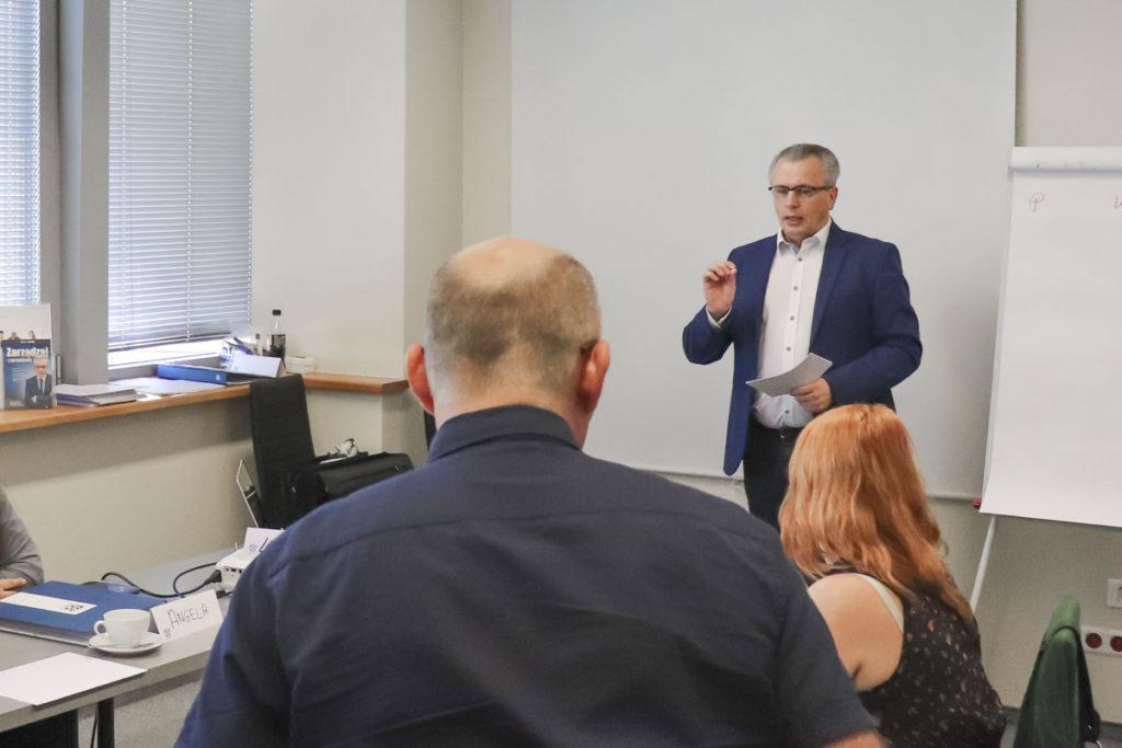 Trener Leszek Sergiel z uczestnikami szkolenia Mistrz Sprzedaży