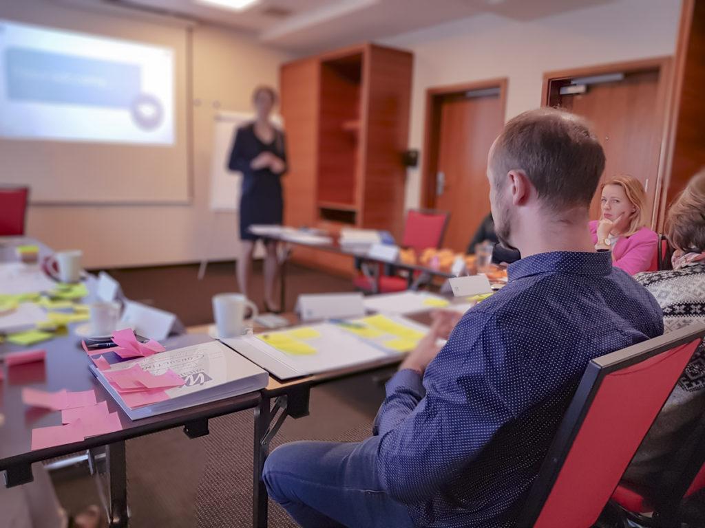 Trener Beata rozmawia z uczestniami szkolenia