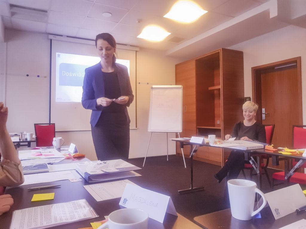 Trener Beata prowadzi szkolenie z zarządzania czasem