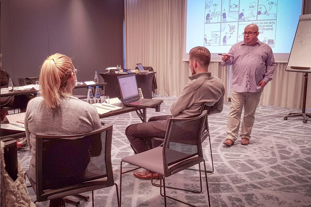Trener prowadzący kurs z marketingu