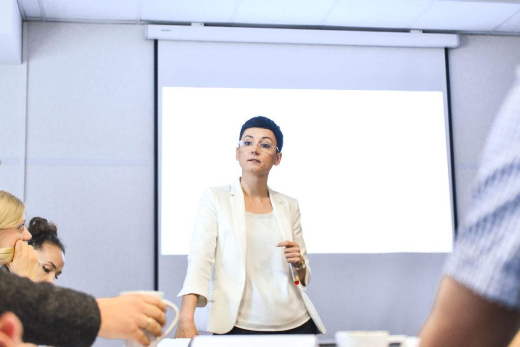 Trener Małgorzata w trakcie szkolenia dla początkujących menedżerów oraz członków kadry