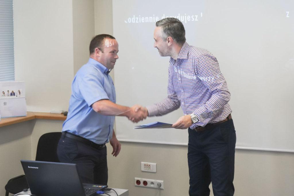 Wręczenie certyfikatu szkoleniowego po dwóch dnia intensywnej nauki oraz warsztatu