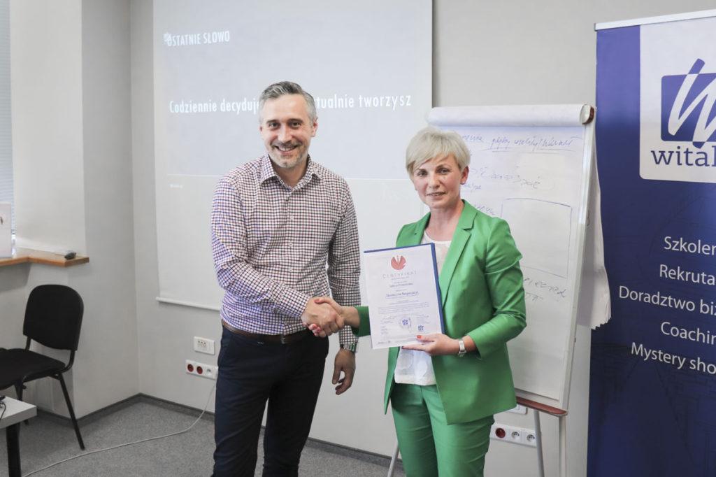 Rozdanie certyfikatów ukończenia szkolenia z negocjacji