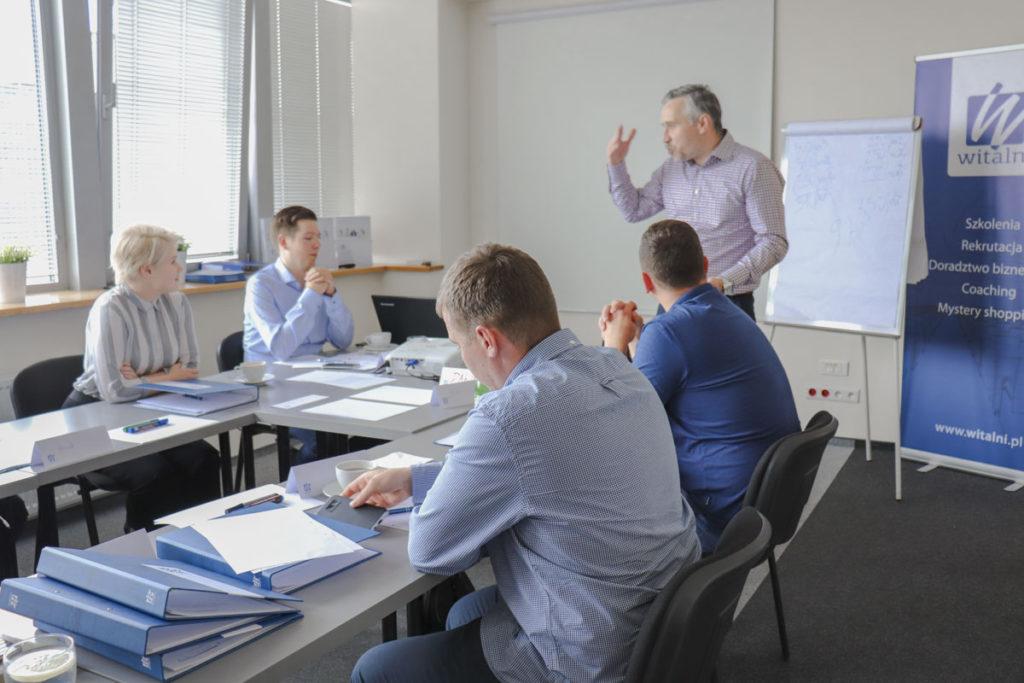 Trener Dawid z uczestnikami szkolenia Skuteczne Negocjacje