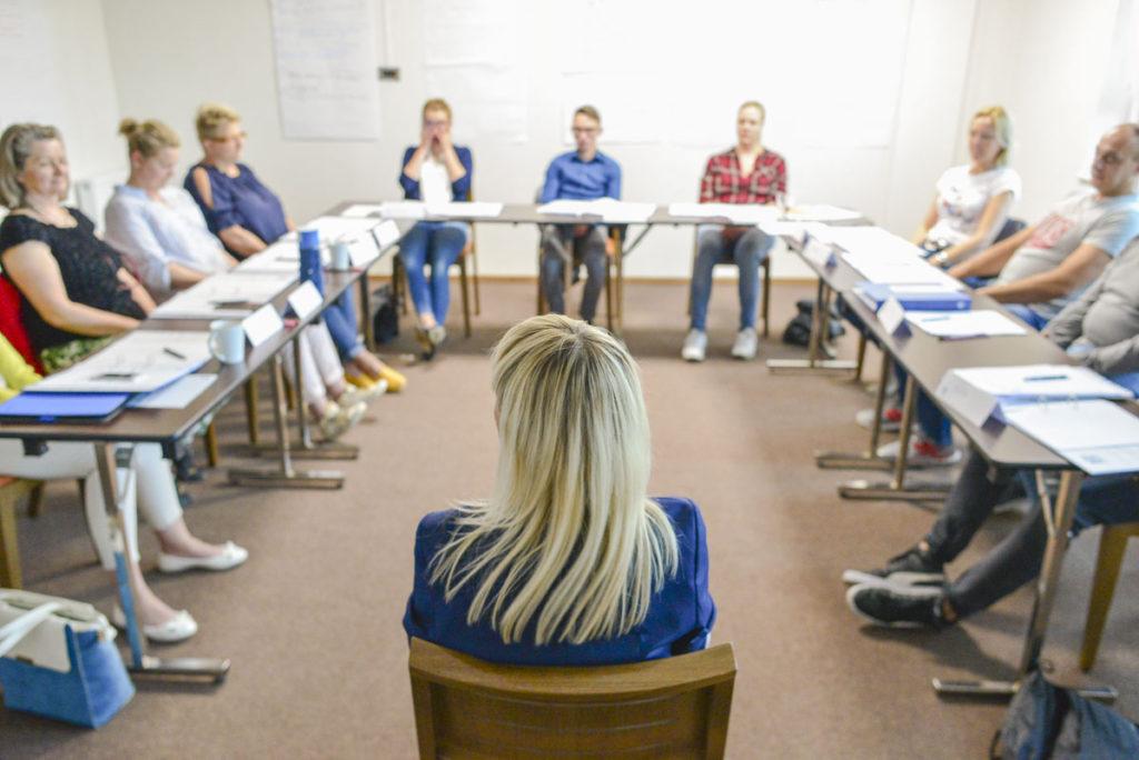 Trener Katarzyna z uczestnikami w trakcie szkolenia