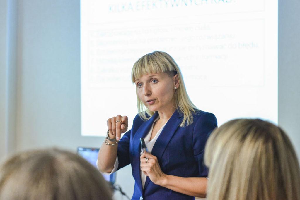 Trener Katarzyna omawia z uczestnikami zagadnienie