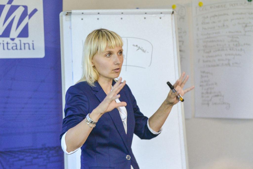 Trener Katarzyna omawia ćwiczenie szkoleniowe