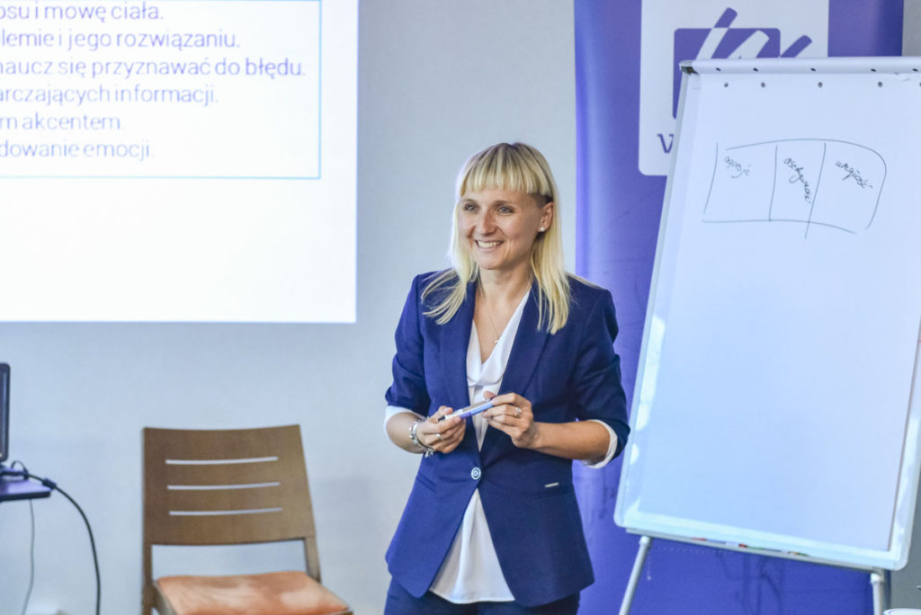 Trener Katarzyna prowadzi szkolenie z obsługi Klienta