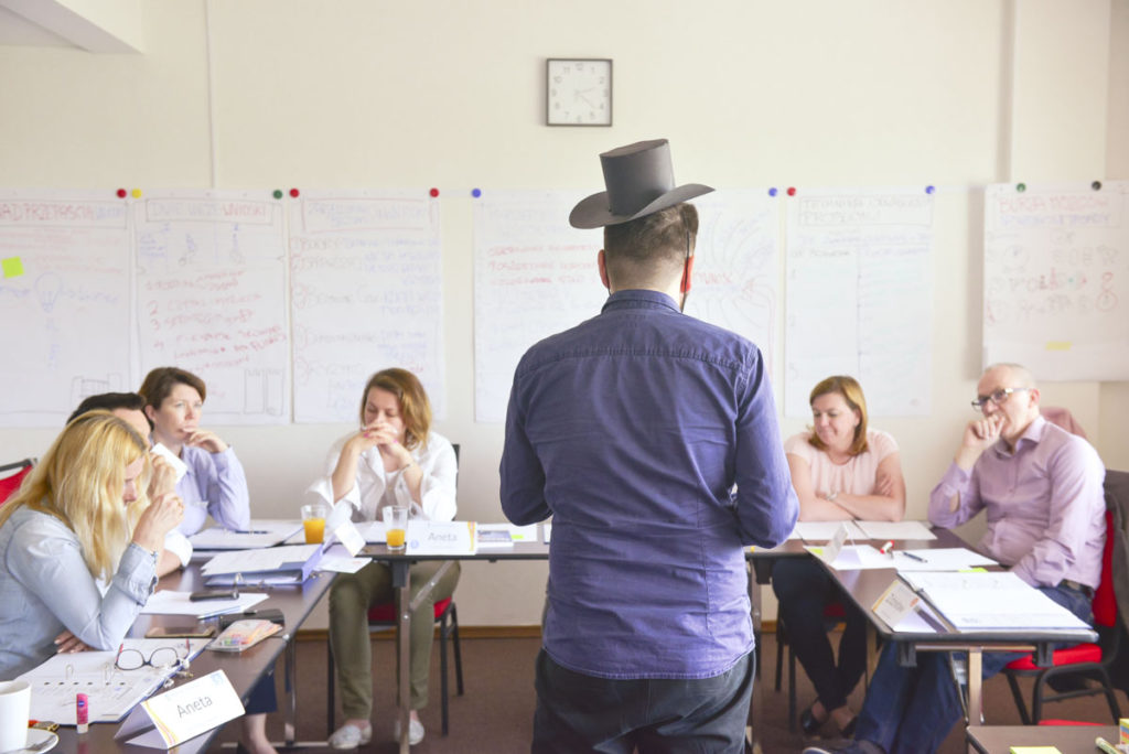 Trener Andrzej prowadzi szkolenie z kreatywności