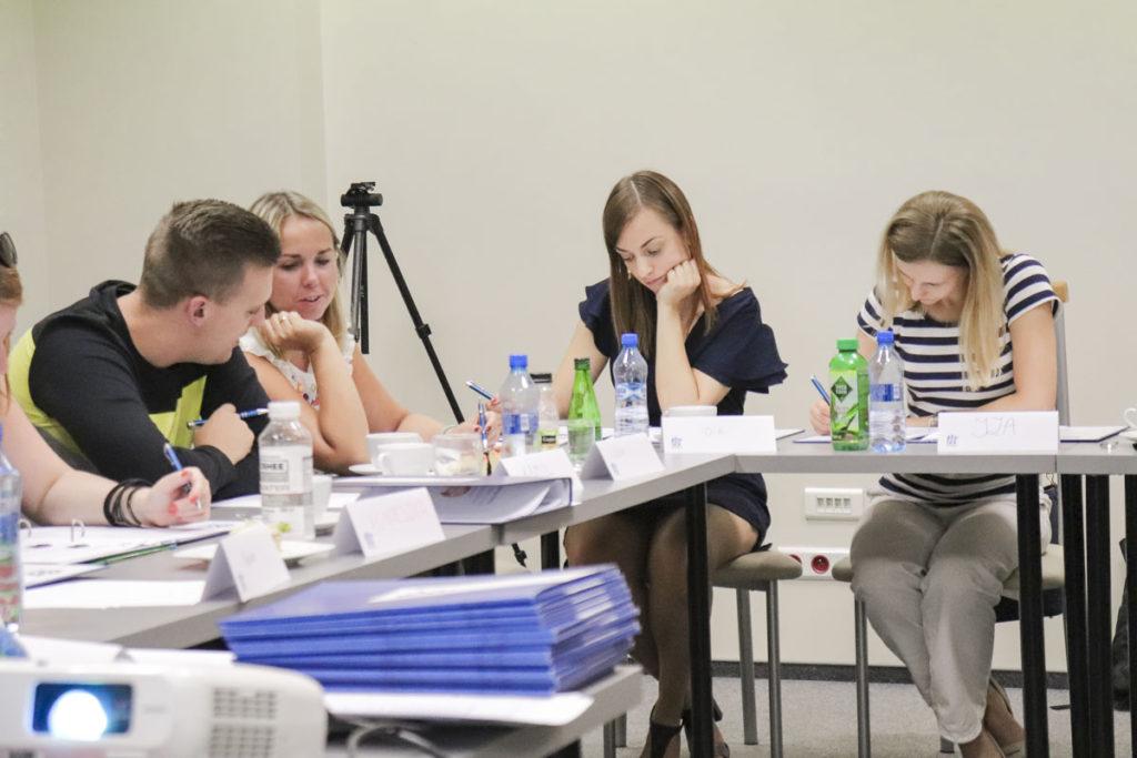 Grupa szkoleniowa w trakcie rozwiązywania zadania