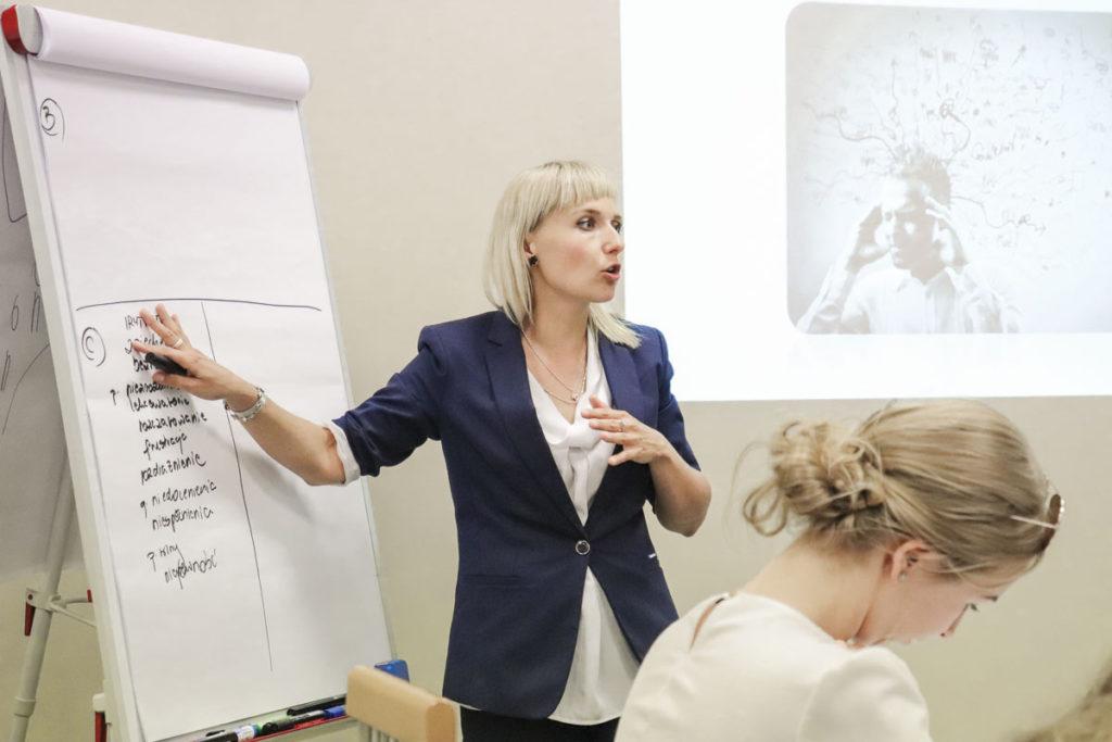 Trener Katarzyna w trakcie szkolenia z obsługi trudnego Klienta