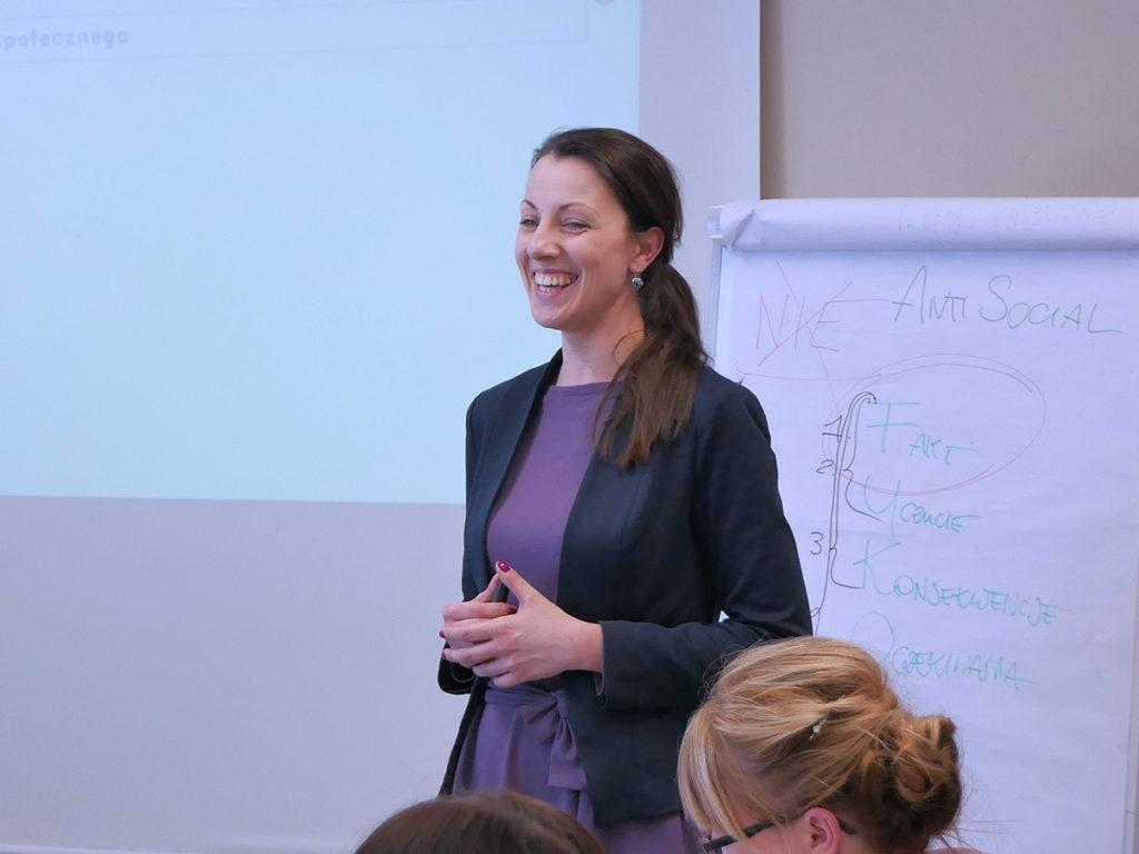 Trener prowadzący szkolenie zarządzanie stresem